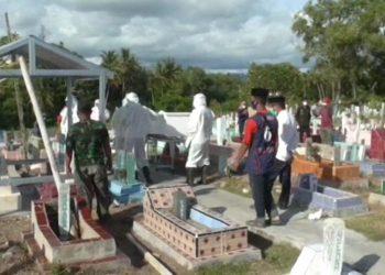 Pemakaman Kadis Kesehatan Sulawesi Barat yang meninggal dunia setelah terpapar Covid-19. (Foto: KOMPAS.COM/JUNAEDI)