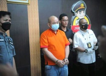 JT pelaku penganiayaan perawat insial CRS saat berada di Polrestabes Palembang, Sabtu (17/4/2021).(KOMPAS.COM/AJI YK PUTRA)