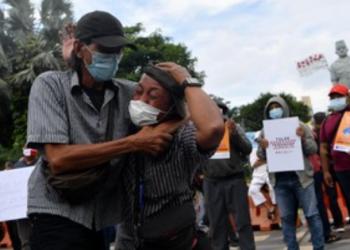 Wartawan yang tergabung dalam Forum Jurnalis se-Surabaya melakukan aksi teatrikal ketika aksi solidaritas jurnalis di Surabaya, Jawa Timur, Senin (29/3/2021). (ANTARA FOTO/Zabur Karuru)